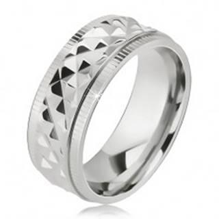 Lesklý oceľový prsteň, kosoštvorcový vzor, zárezy pri okrajoch - Veľkosť: 57 mm