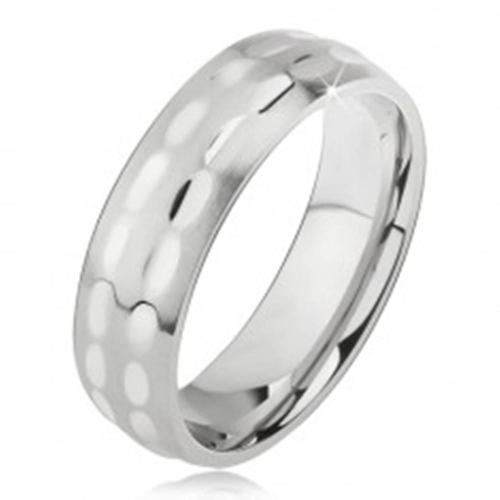 Šperky eshop Obrúčka z chirurgickej ocele, matná s lesklými oválnymi zárezmi - Veľkosť: 57 mm
