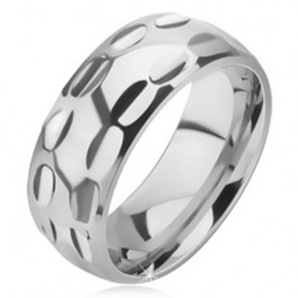 Šperky eshop Prsteň z chirurgickej ocele - lesklý, podlhovasté jamky v dvoch radoch - Veľkosť: 57 mm