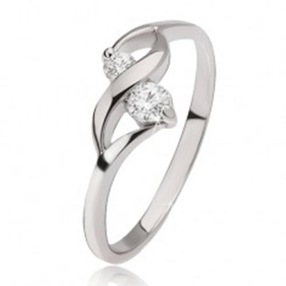 Šperky eshop Strieborný prsteň 925 - lesklá vlnka, dva okrúhle číre kamienky v kotlíkoch - Veľkosť: 49 mm