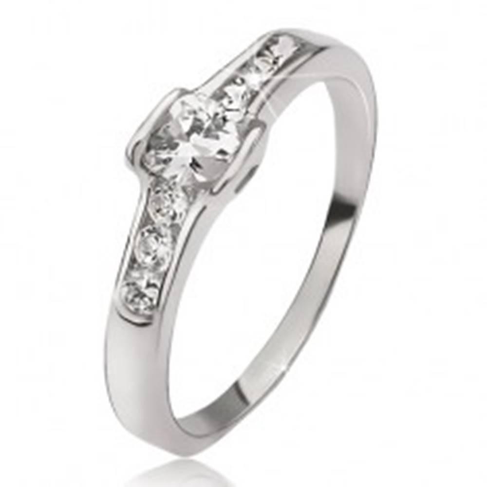 Šperky eshop Strieborný prsteň 925 - okrúhly zirkón, malé okrúhle kamienky, obrysy sŕdc - Veľkosť: 49 mm