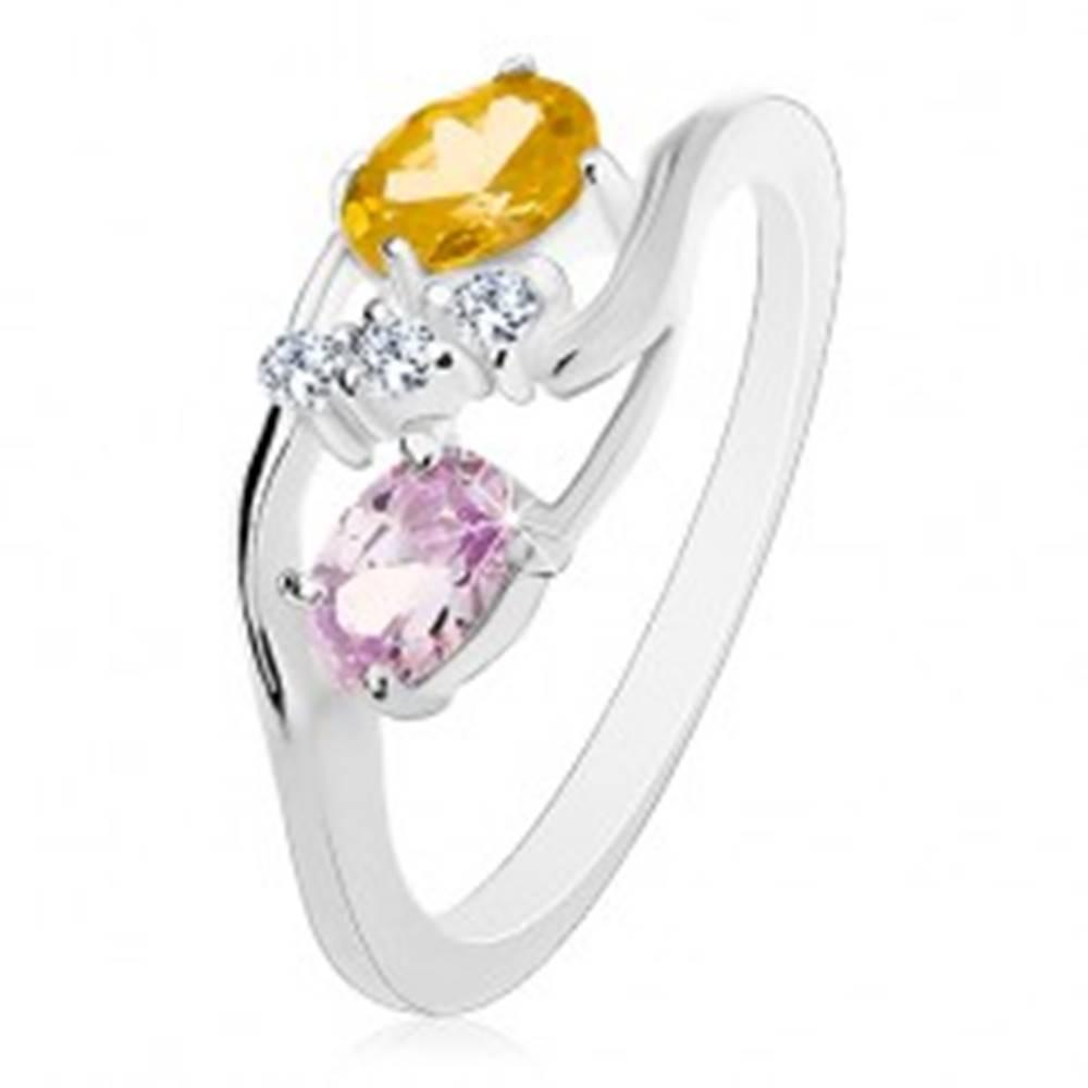 Šperky eshop Prsteň s úzkymi zahnutými ramenami, žltozelený a svetlofialový ovál, číre zirkóniky - Veľkosť: 57 mm