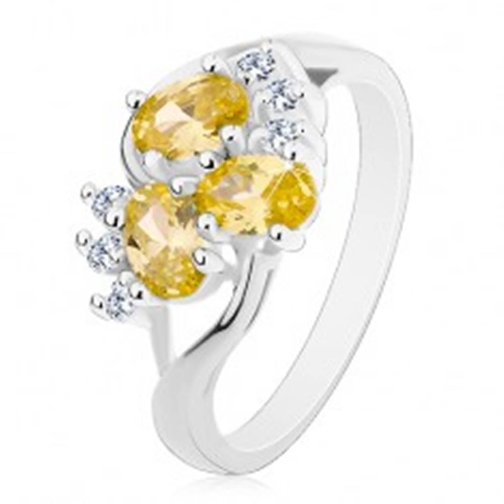 Šperky eshop Prsteň striebornej farby, rozdelené ramená, žltozelené ovály, číre zirkóniky - Veľkosť: 59 mm