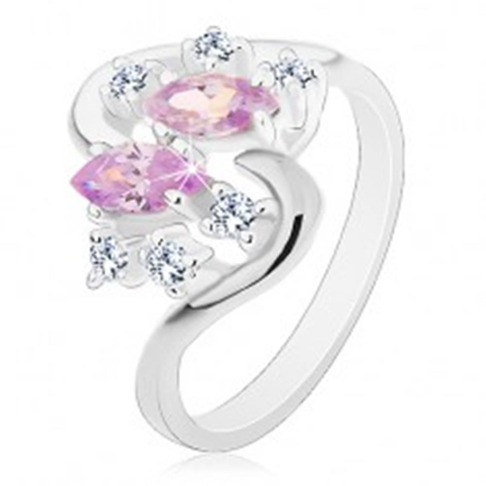 Šperky eshop Prsteň striebornej farby so zvlnenými ramenami, svetlofialové a číre zirkóny - Veľkosť: 49 mm