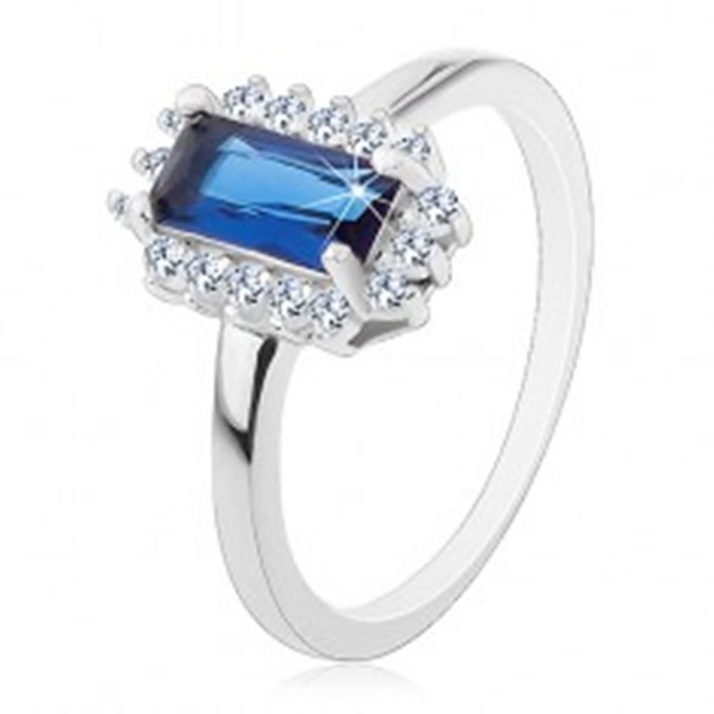 Šperky eshop Ródiovaný prsteň, striebro 925, obdĺžnikový modrý zirkón, číry zirkónový lem - Veľkosť: 49 mm