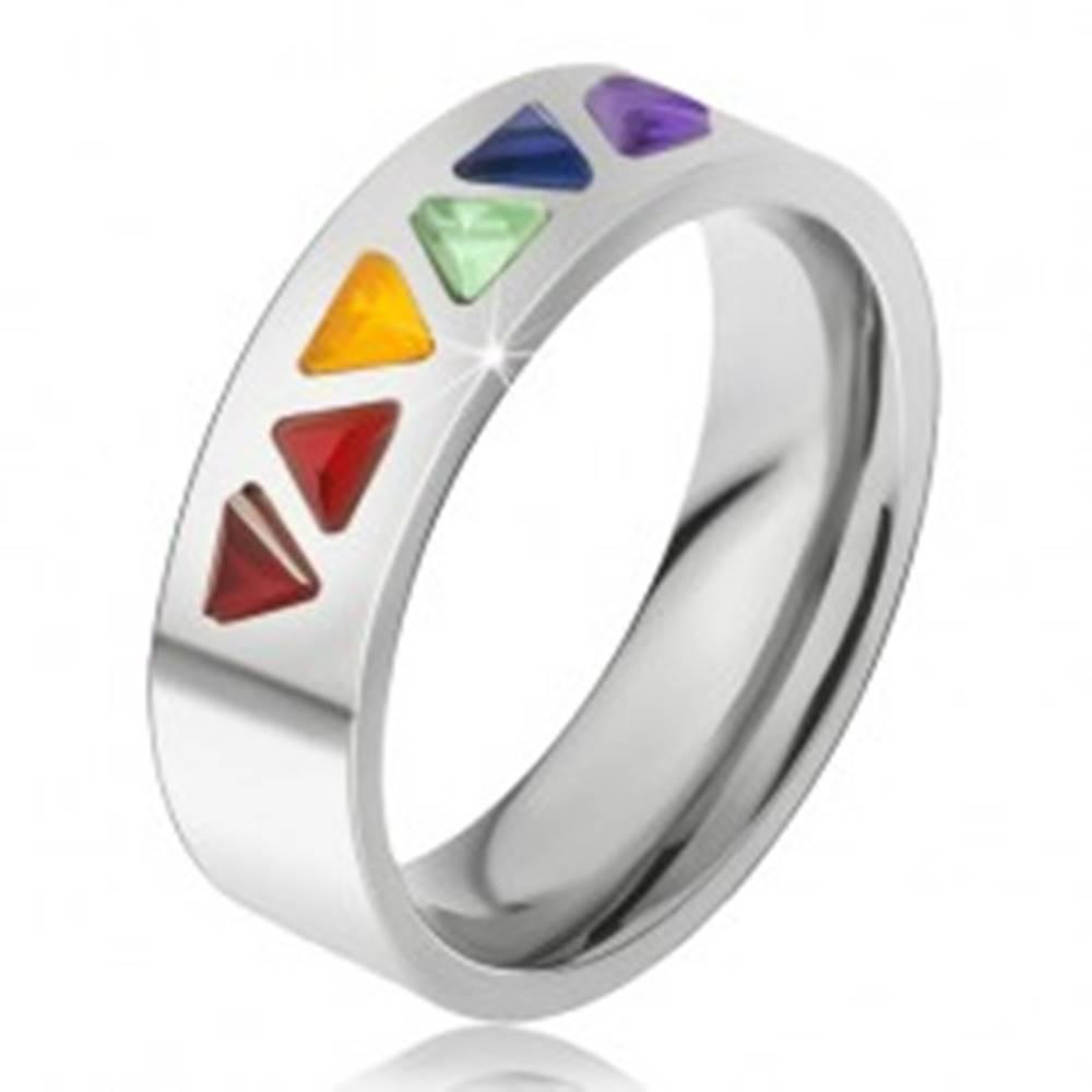 Šperky eshop Lesklý prsteň z ocele, farebné trojuholníkové kamienky - Veľkosť: 49 mm