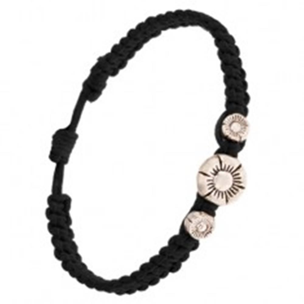 Šperky eshop Pletený náramok čiernej farby husto zapletaný, tri ryhované kvietky