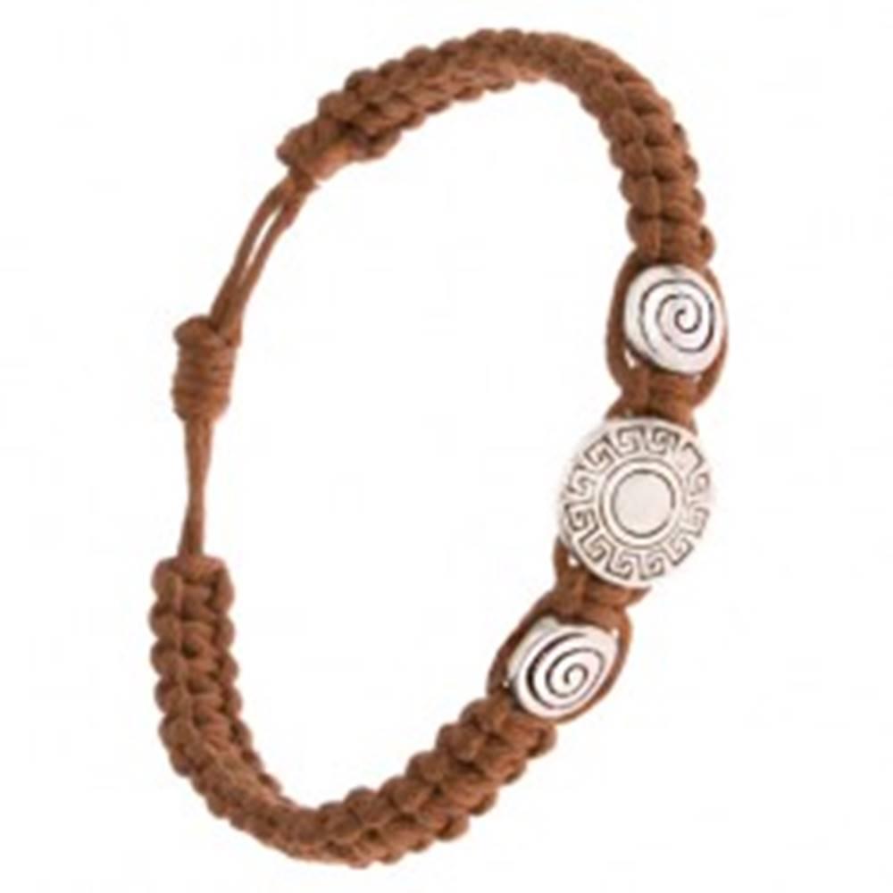 Šperky eshop Pletený náramok z orieškovohnedých šnúrok, známky, grécky kľúč