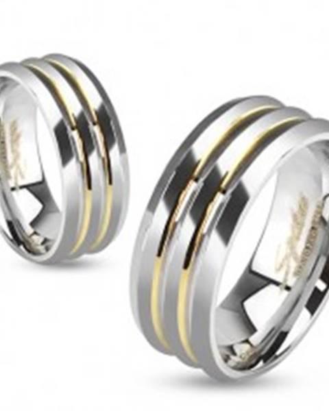 Šperky eshop Oceľová obrúčka, strieborná farba, tri pásy, priehlbiny zlatej farby - Veľkosť: 49 mm