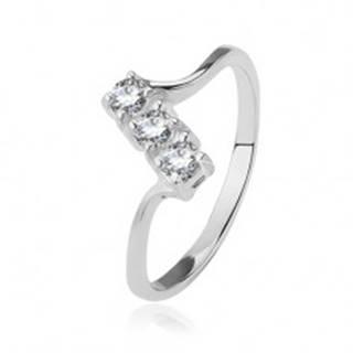 Strieborný prsteň 925 - tri číre zirkóny na šikmom páse, lesklé tenké ramená - Veľkosť: 49 mm
