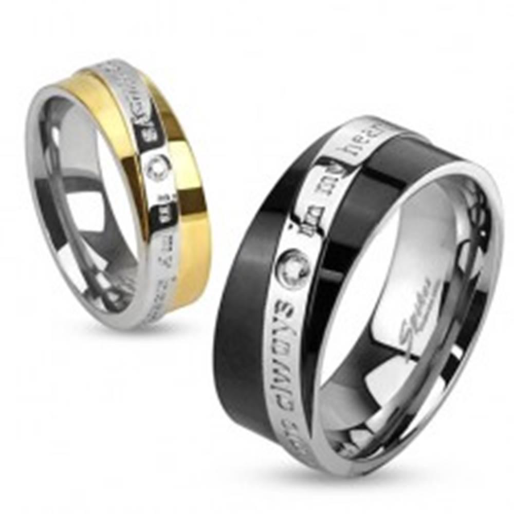 Šperky eshop Dvojfarebná obrúčka z ocele, šikmý pás s vyznaním lásky, číry zirkón - Veľkosť: 49 mm