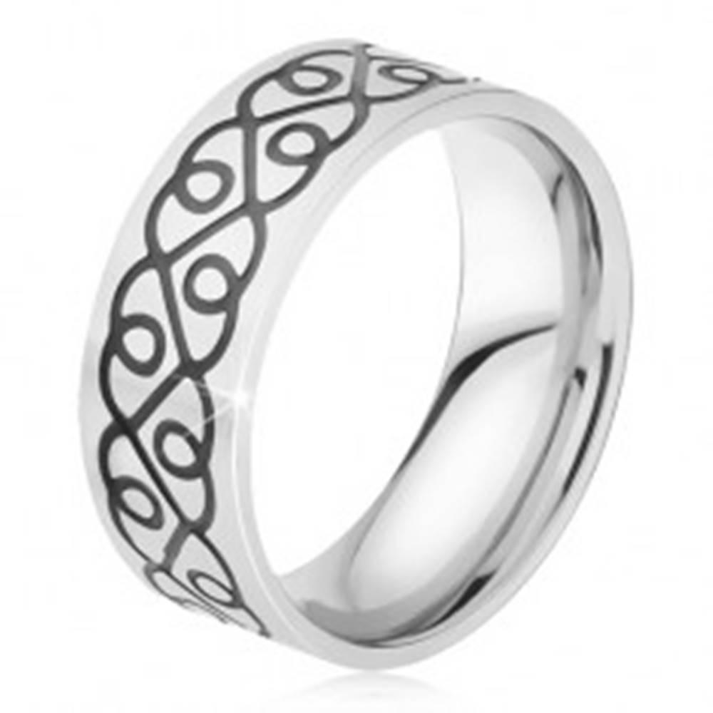 Šperky eshop Prsteň z chirurgickej ocele - lesklá obrúčka, čierny ornament zo sŕdc - Veľkosť: 59 mm