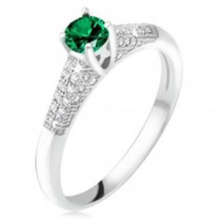 Prsteň so zeleným zirkónom v kotlíku, číre kamienky, striebro 925 - Veľkosť: 49 mm