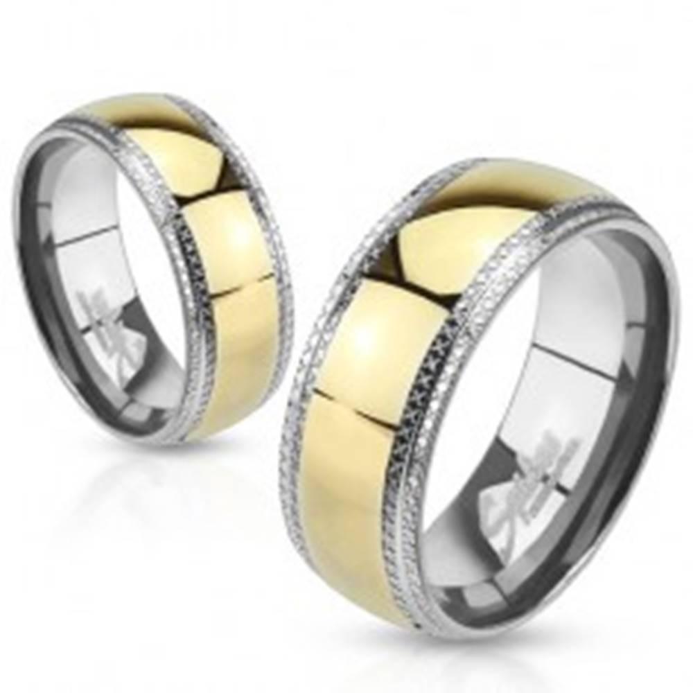 Šperky eshop Obrúčka z ocele, pruh zlatej farby, znížené okraje, ryhované pásy - Veľkosť: 49 mm