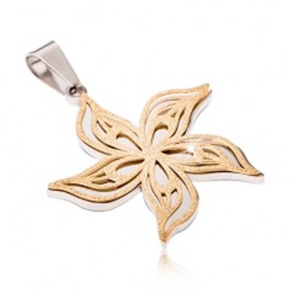 Šperky eshop Pieskovaný prívesok z ocele strieborno-zlatej farby, zvlnený kvet