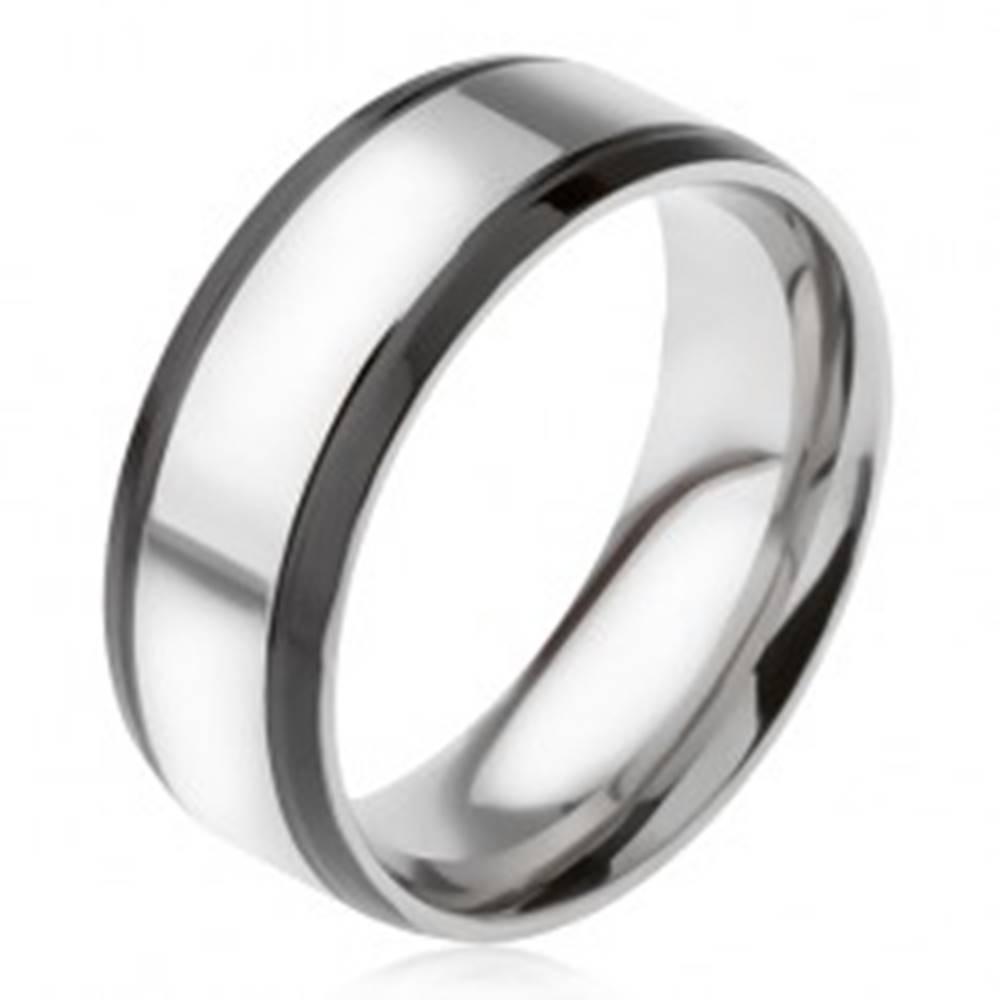 Šperky eshop Prsteň z ocele 316L, strieborná farba, s čiernymi okrajovými pásmi - Veľkosť: 56 mm