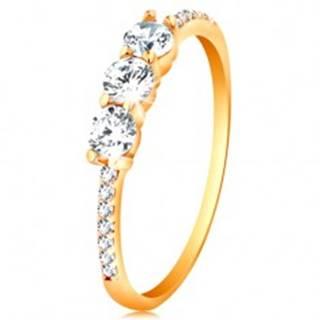 Zlatý prsteň 585 - tri číre vyvýšené zirkóny, ramená vykladané zirkónikmi - Veľkosť: 48 mm