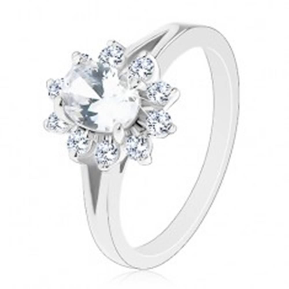 Šperky eshop Lesklý prsteň v striebornom odtieni, zirkónový oválny kvietok čírej farby - Veľkosť: 51 mm