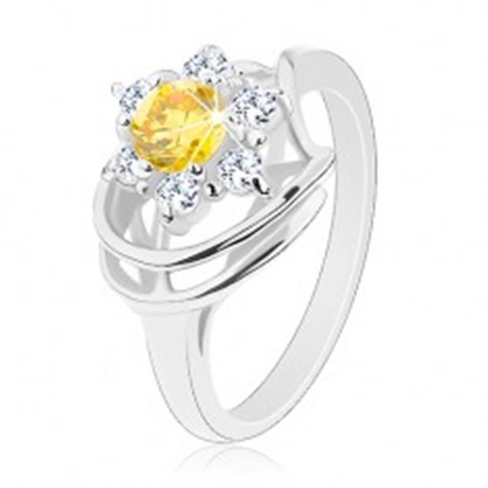 Šperky eshop Lesklý prsteň v striebornom odtieni, žlto-číry zirkónový kvet, oblúčiky - Veľkosť: 50 mm