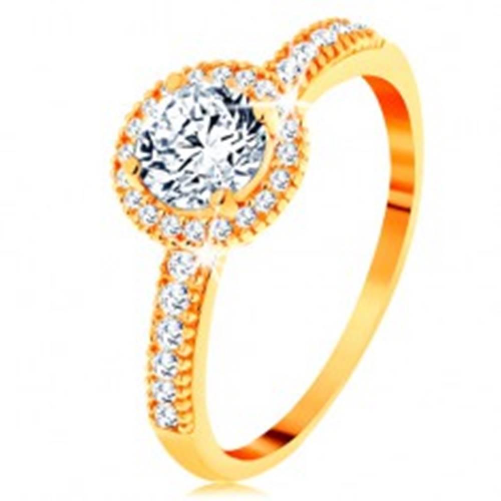 Šperky eshop Prsteň zo žltého 14K zlata - zirkón čírej farby lemovaný drobnými zirkónikmi - Veľkosť: 49 mm