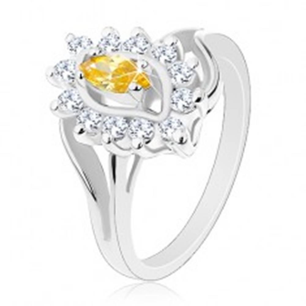 Šperky eshop Trblietavý prsteň v striebornom odtieni, žlté zrnko, číre zirkóniky - Veľkosť: 54 mm