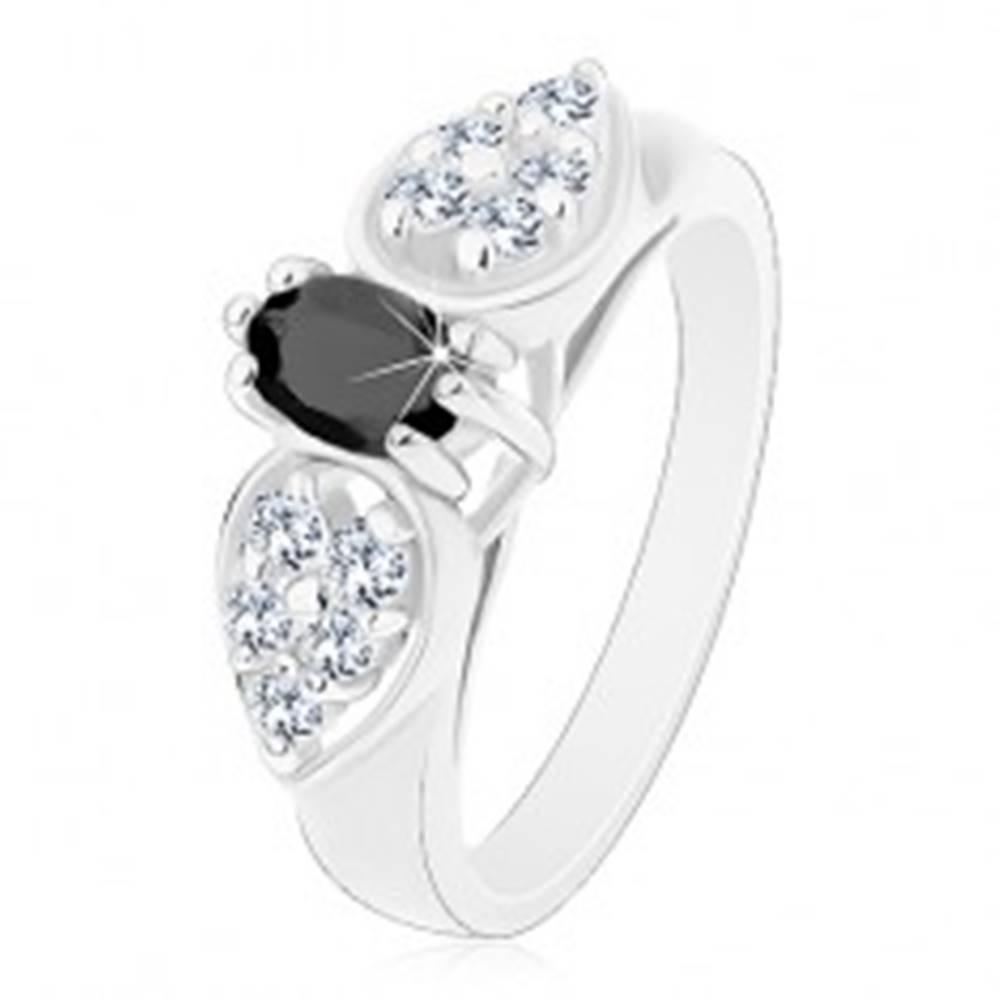 Šperky eshop Lesklý prsteň v striebornom odtieni, ligotavá mašlička s čiernym oválom - Veľkosť: 52 mm