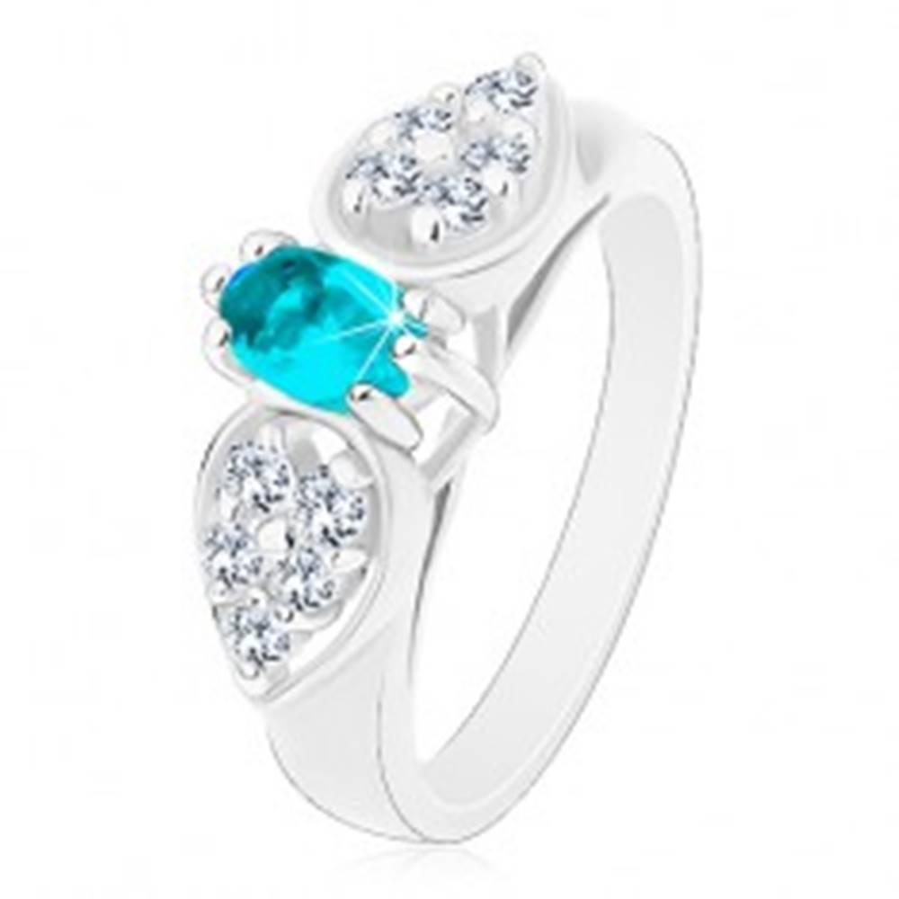 Šperky eshop Lesklý prsteň v striebornom odtieni, ligotavá mašlička s modrým oválom - Veľkosť: 52 mm