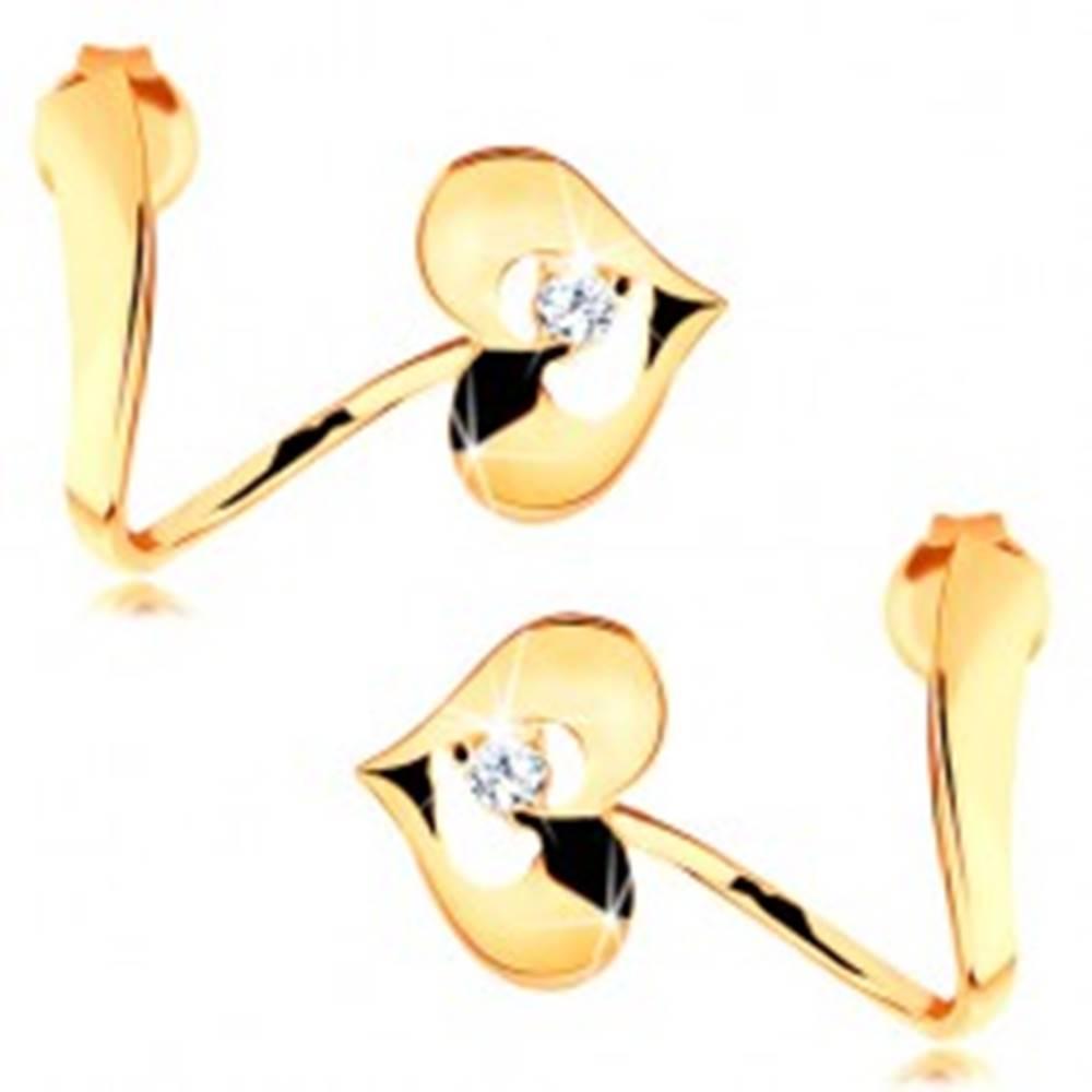 Šperky eshop Náušnice zo žltého 14K zlata - zvlnená stuha, lesklé srdce s výrezom a zirkónom