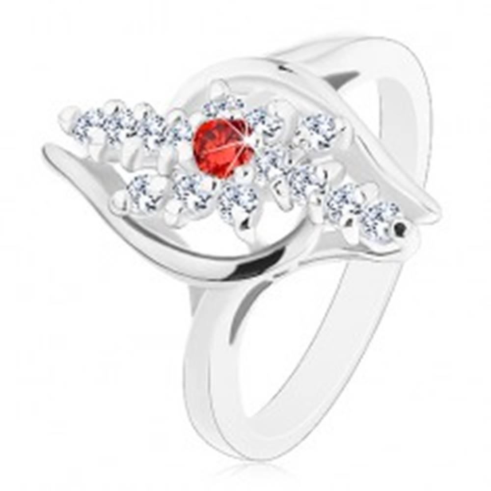 Šperky eshop Prsteň striebornej farby, číre zirkónové línie, červený zirkónik v strede - Veľkosť: 54 mm