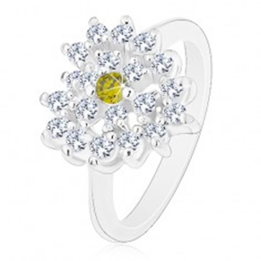 Šperky eshop Prsteň striebornej farby, číre zirkónové srdce so svetlozeleným stredom - Veľkosť: 50 mm