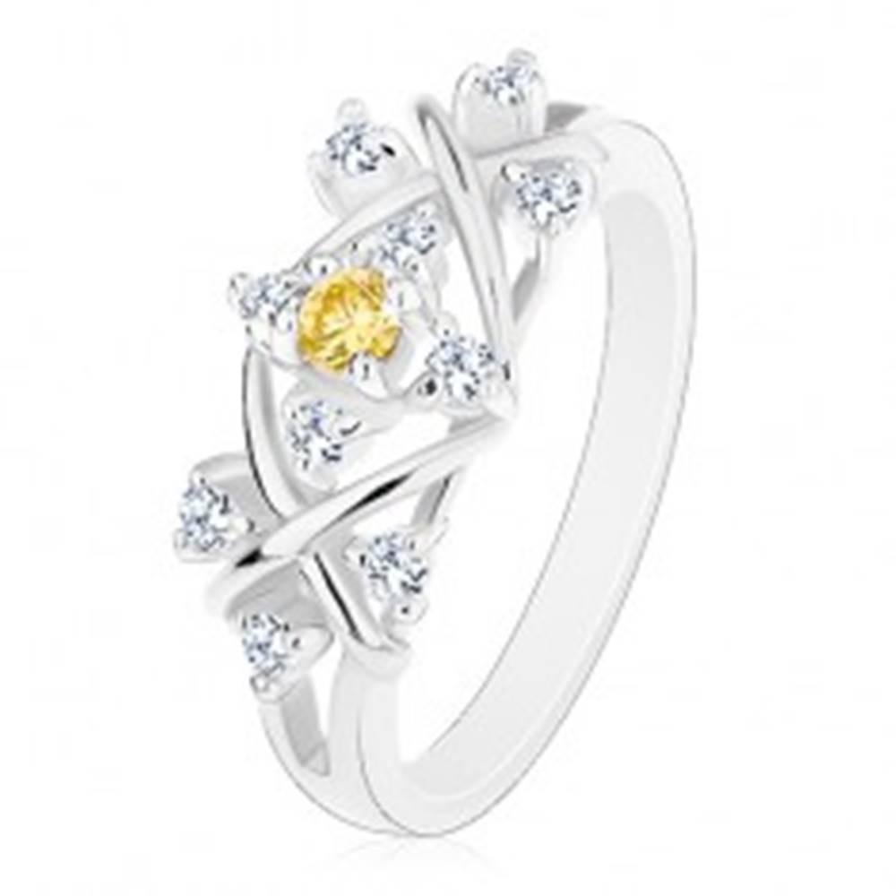 Šperky eshop Prsteň striebornej farby, lesklé prekrížené línie, zirkóny čírej a žltej farby - Veľkosť: 53 mm