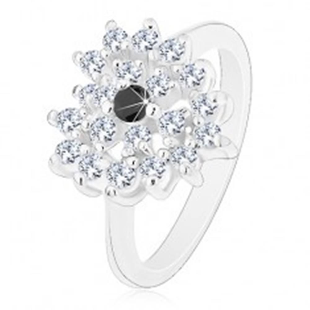 Šperky eshop Prsteň striebornej farby, ligotavé číre zirkónové srdce, čierny stred - Veľkosť: 52 mm