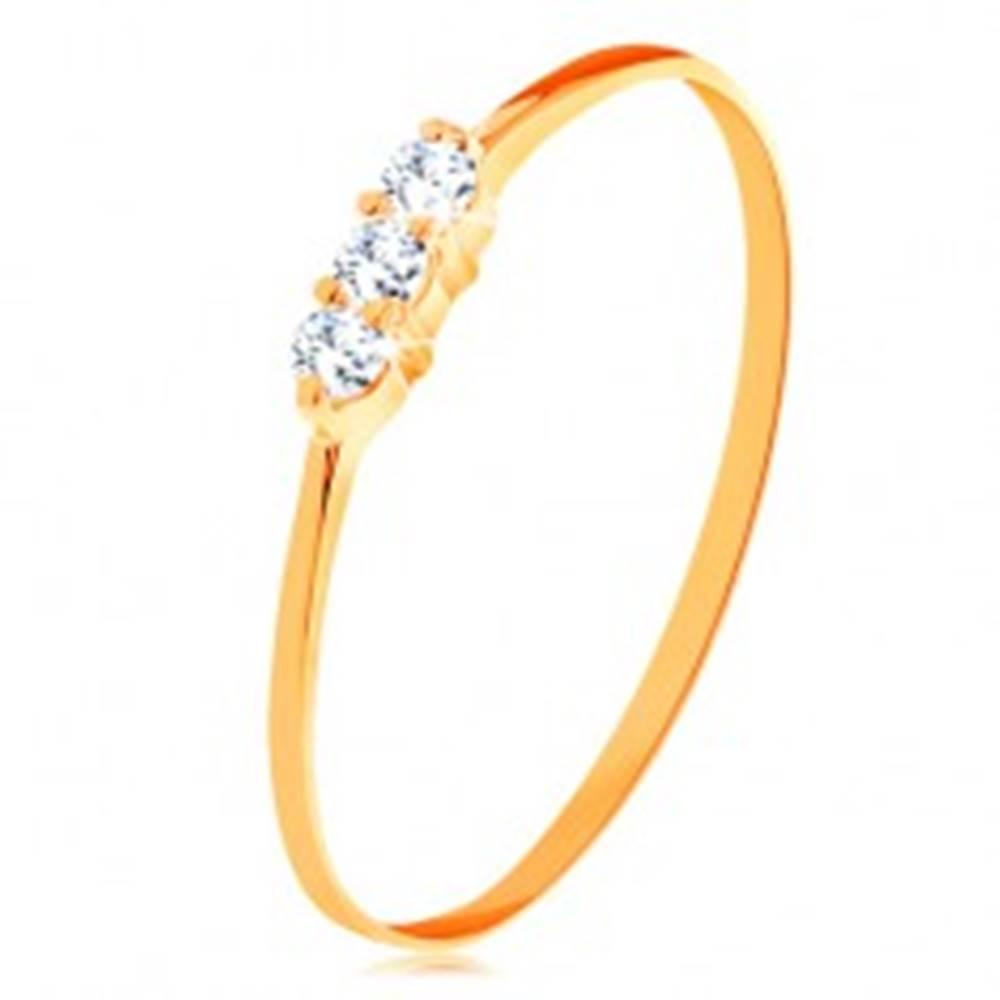 Šperky eshop Prsteň v žltom zlate 585 - tenké lesklé ramená, línia troch čírych zirkónikov - Veľkosť: 49 mm