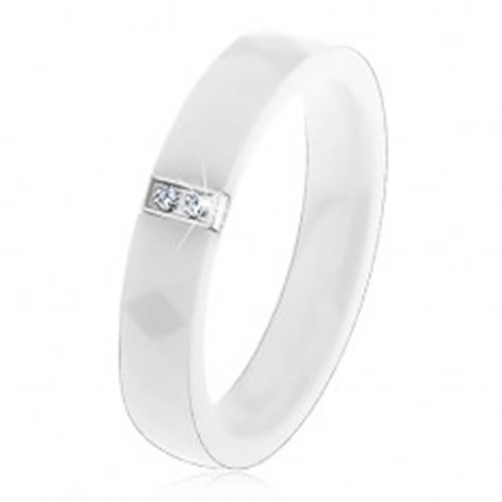 Šperky eshop Biely keramický prsteň s brúseným povrchom, oceľový obdĺžnik so zirkónmi - Veľkosť: 52 mm