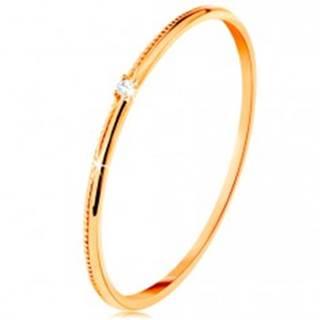Prsteň v žltom 14K zlate - drobný číry zirkón, jemne vrúbkované ramená - Veľkosť: 49 mm