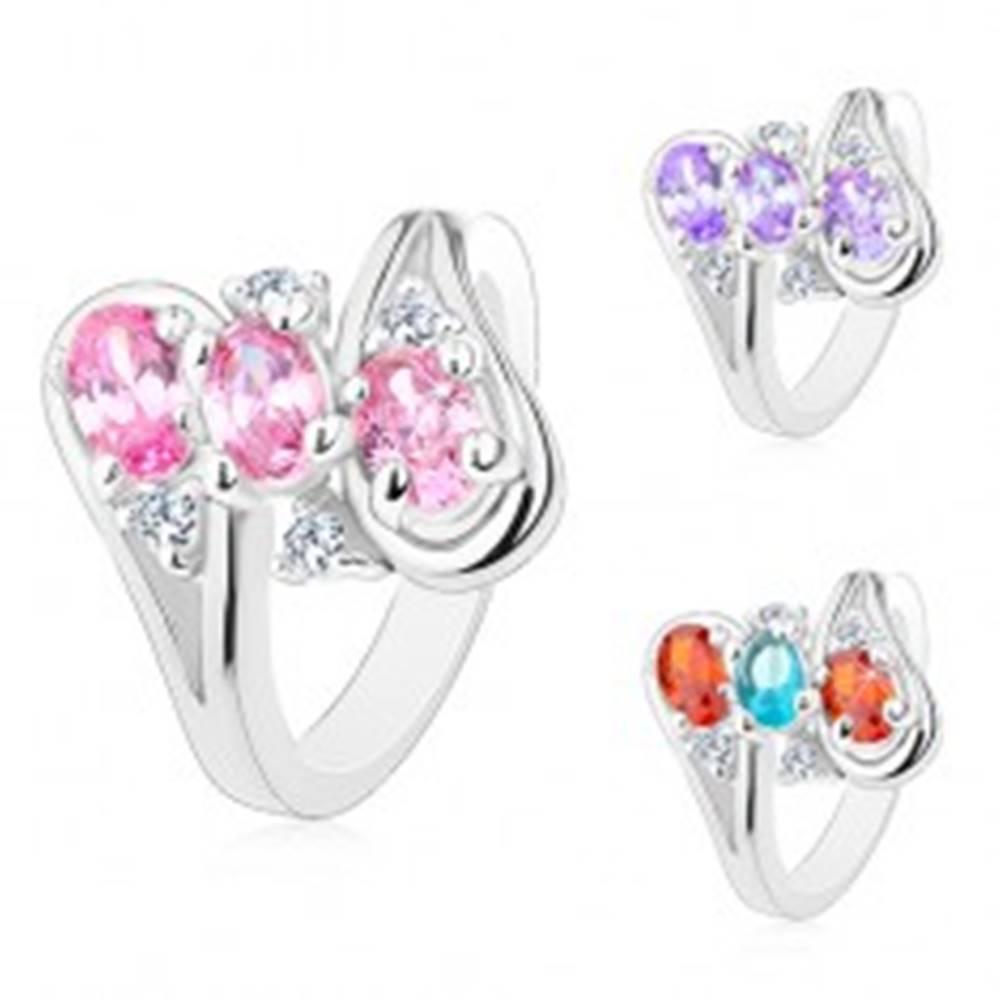 Šperky eshop Lesklý prsteň, ramená ukončené slučkami, tri oválne farebné zirkóny - Veľkosť: 52 mm, Farba: Mix