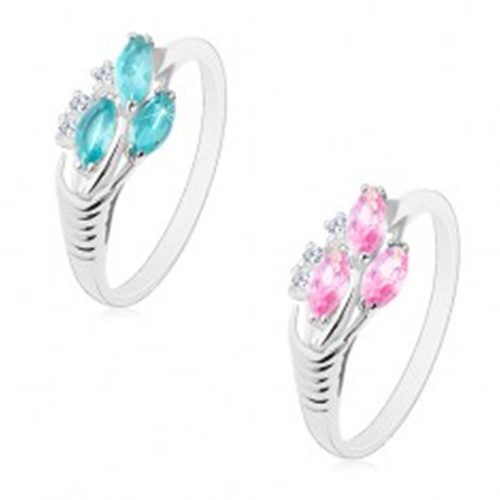 Šperky eshop Prsteň v striebornom odtieni, tri brúsené zrnká, zárezy na ramenách - Veľkosť: 49 mm, Farba: Ružová