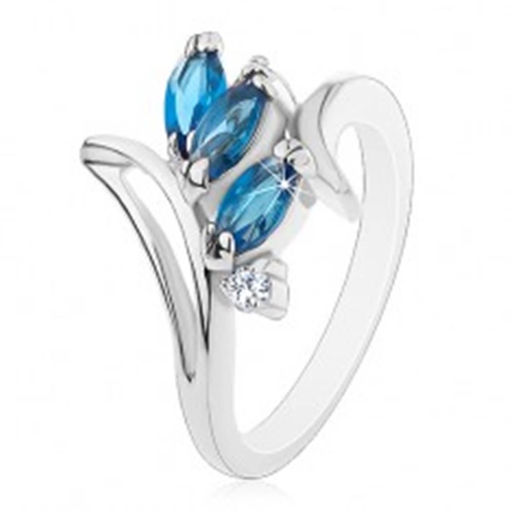 Šperky eshop Prsteň so zahnutými ramenami a výrezom, tmavomodré zrnká, číre zirkóny - Veľkosť: 49 mm