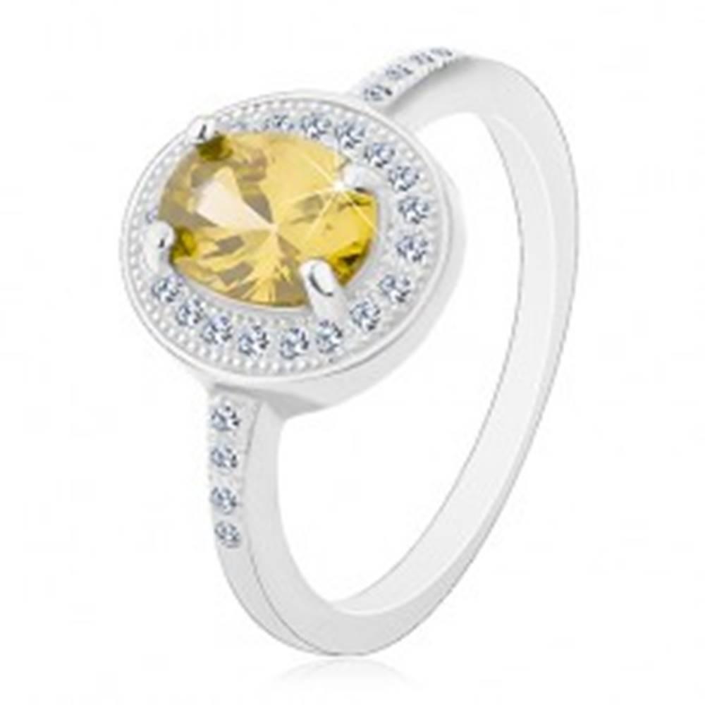 Šperky eshop Ródiovaný prsteň, striebro 925, oválny svetlozelený zirkón, číry zirkónový lem - Veľkosť: 49 mm