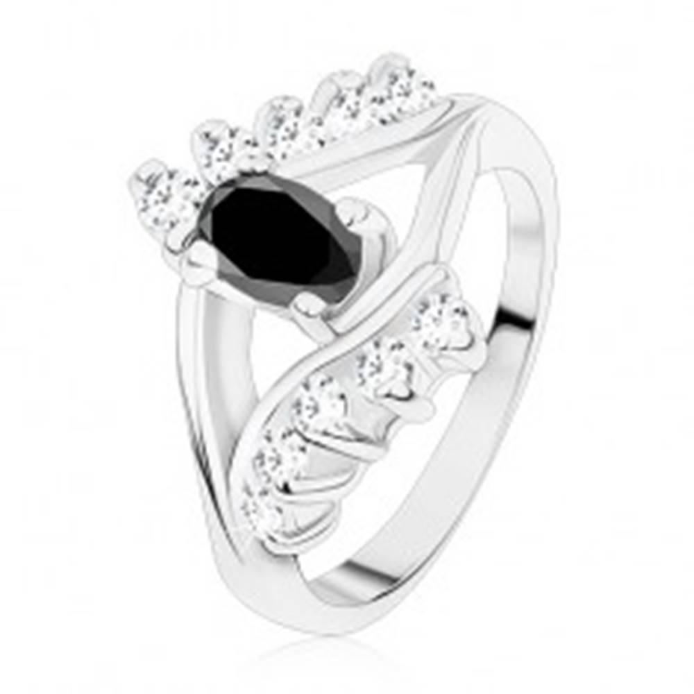 Šperky eshop Lesklý prsteň v striebornej farbe, hladké a zirkónové línie, čierny ovál - Veľkosť: 49 mm