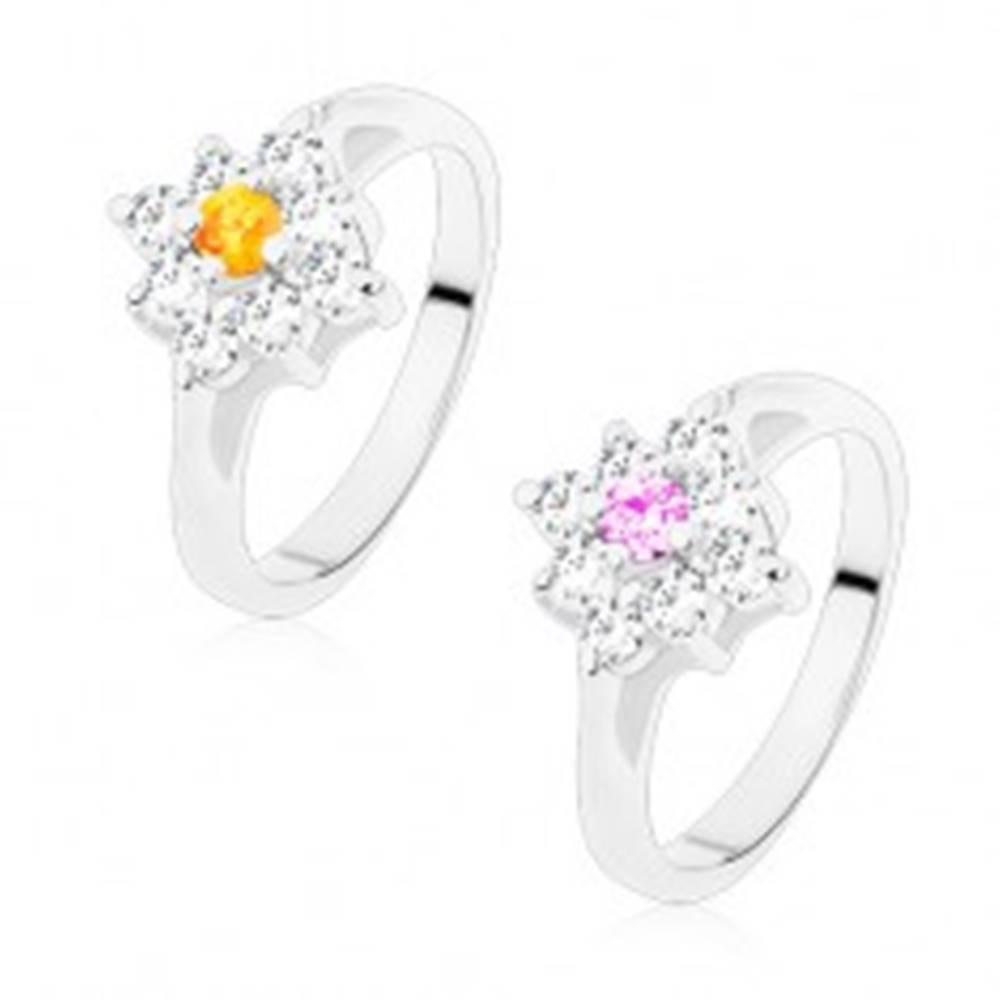 Šperky eshop Ligotavý prsteň so zúženými ramenami, číry štvorček s farebným stredom - Veľkosť: 49 mm, Farba: Svetlofialová