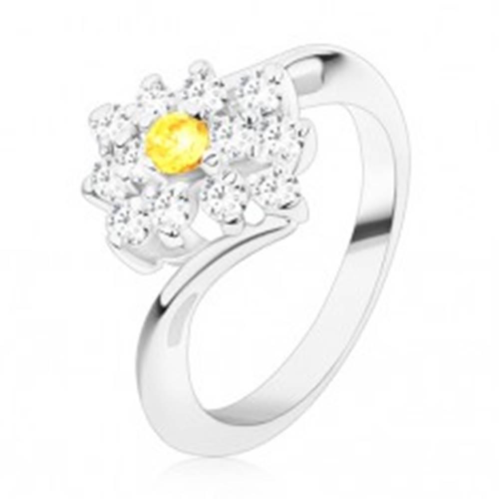 Šperky eshop Ligotavý prsteň v striebornom odtieni, okrúhly žltý zirkón v čírom obdĺžniku - Veľkosť: 49 mm