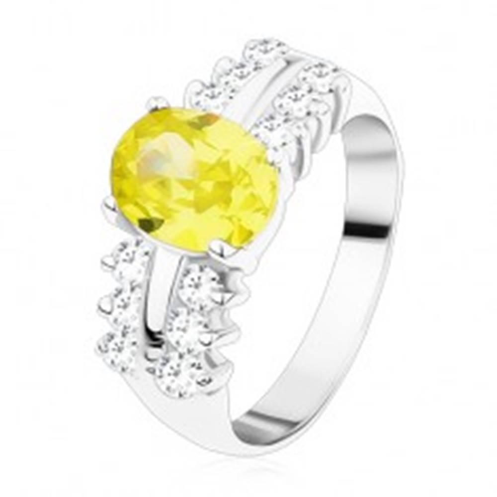 Šperky eshop Ligotavý prsteň z ocele, číre zirkónové línie, oválny svetlozelený zirkón - Veľkosť: 49 mm