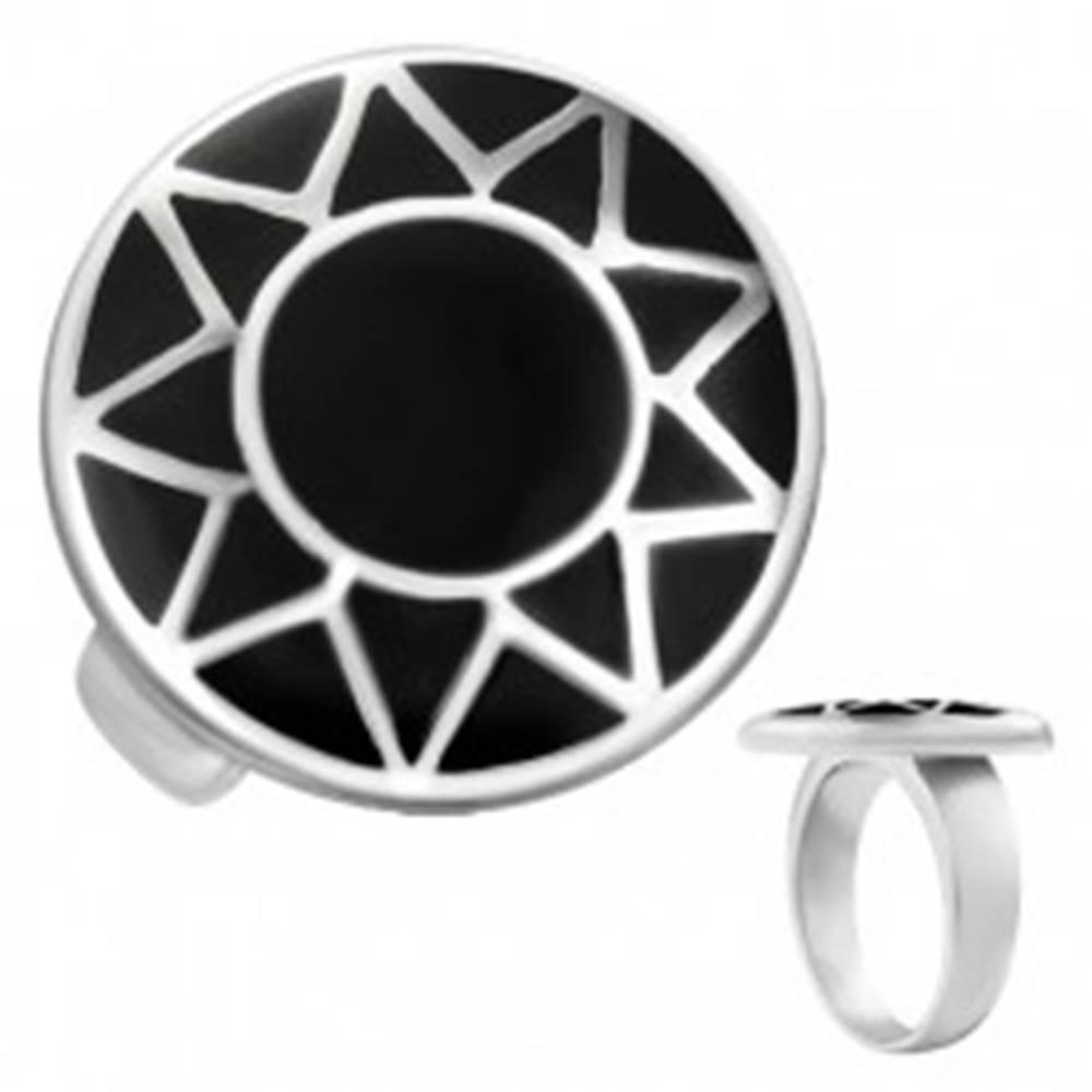 Šperky eshop Oceľový prsteň s obrysom slnka striebornej farby v čiernom kruhu - Veľkosť: 57 mm