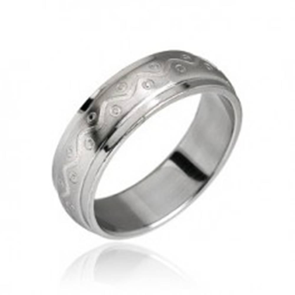 Šperky eshop Oceľový prsteň vzor vlnka s bodkami - Veľkosť: 49 mm