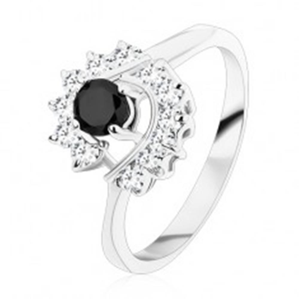 Šperky eshop Prsteň so zúženými ramenami, okrúhly čierny zirkón, číre zirkónové oblúky - Veľkosť: 49 mm