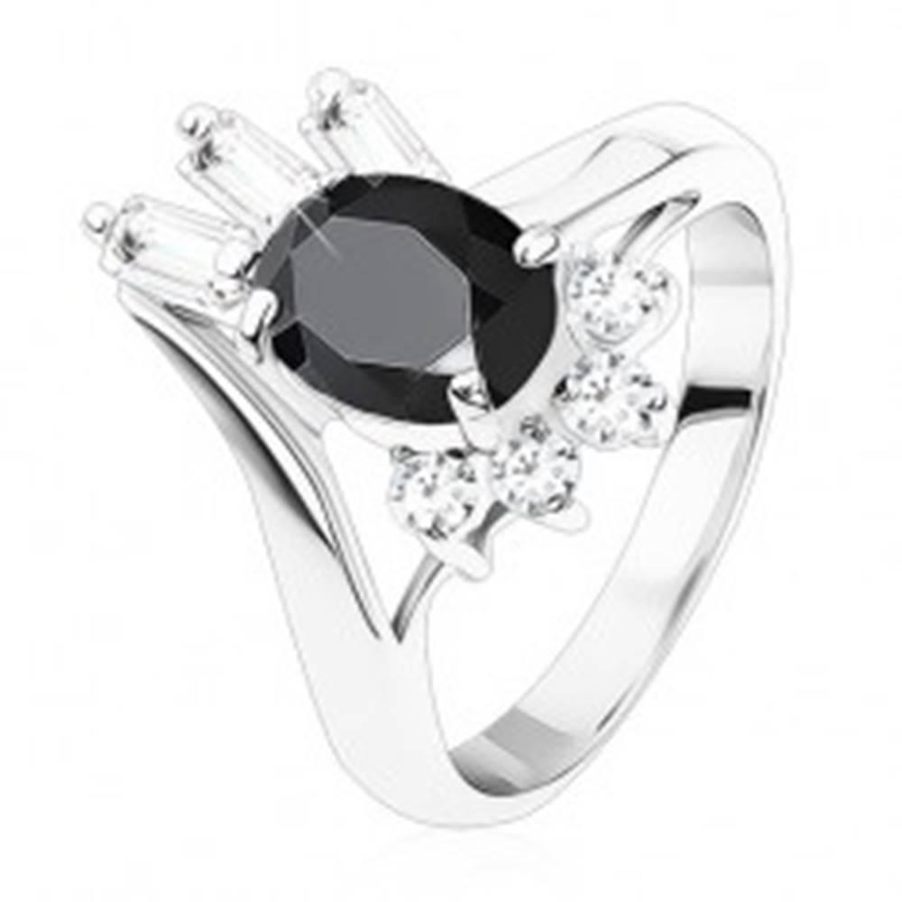 Šperky eshop Prsteň striebornej farby, čierny oválny zirkón, okrúhle a obdĺžnikové zirkóniky - Veľkosť: 48 mm