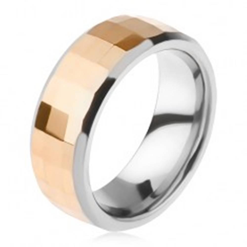 Šperky eshop Volfrámový prsteň - dvojfarebný, geometricky brúsený pás zlatej farby - Veľkosť: 49 mm