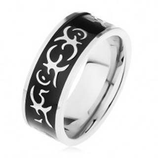 Oceľový prsteň striebornej farby, lesklý čierny pás zdobený motívom tribal - Veľkosť: 57 mm