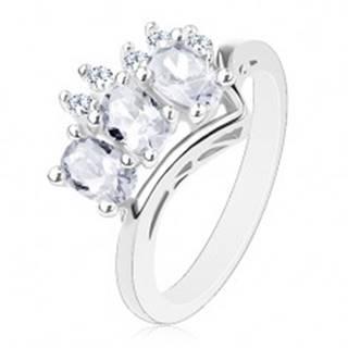 Trblietavý prsteň v striebornej farbe, trojica čírych oválov a okrúhle zirkóniky - Veľkosť: 56 mm